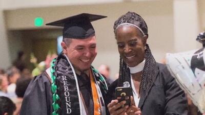 Hombre de 40 años se graduó de la Universidad Estatal de California tras...