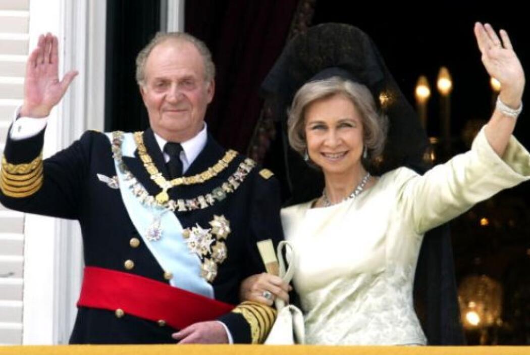 El Rey Juan Carlos y la Reina Sofía, aparecen en el balcón del palacio r...