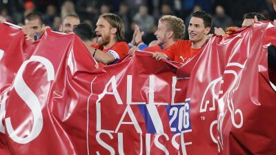 Los suizos celebran su clasificación a la Eurocopa.