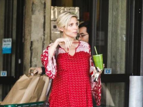 La actriz Elsa Pataky decidió salir a caminar en las calles de Lo...