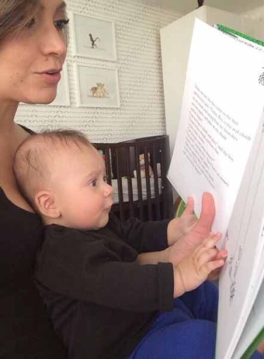 A Satcha le encanta leerle a su baby Bruce quien prontito cumplirá 4 mes...