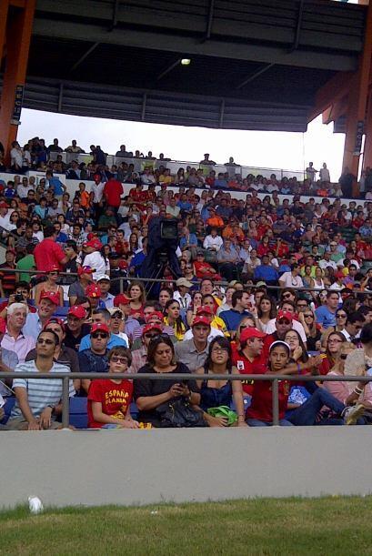 La gente llenó el estadio Loubriel en Bayamón. Más de 15 mil personas.
