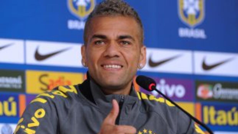 El lateral brasileño mostró interés de seguir en el equipo catalán.