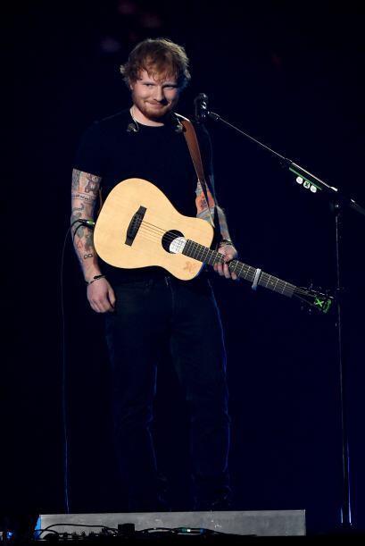 Acompañado de su guitarra, el joven cantautor interpretó con todo el sen...
