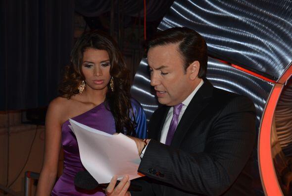 Javier y Marisela se ponían de acuerdo sobre qué decir, ¡su profesionali...