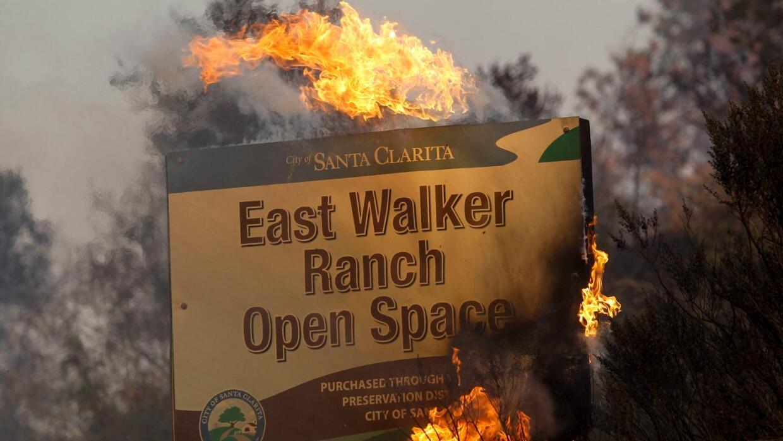 Autoridades verificaron que el voraz 'Sand Fire' en Santa Clarita ha des...