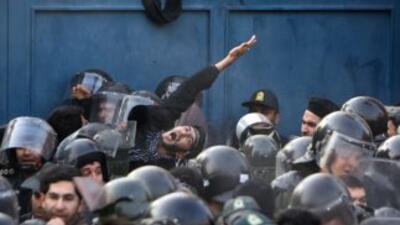 Estudiantes ortodoxos iraníes allanaron el martes edificios diplomáticos...
