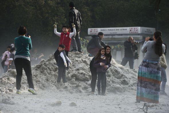 Mucha gente en Sao Paulo trataba de mantener el equilibrio sobre el hielo.