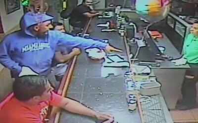 Buscan a dos sospechosos que intentaron robar en un restaurante en Miami