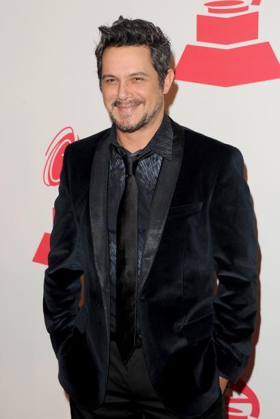 Alejandro Sanz todo de negro y gris. Sí que sabe de elegancia.