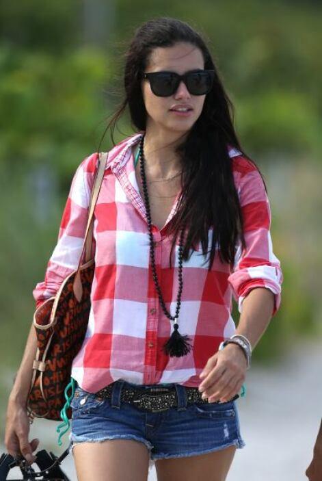"""""""Añade glamour a un simple outfit con accesorios que llamen la atención""""..."""