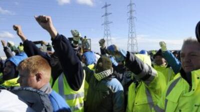Trabajadores en una refineria en el sur de Francia salen de la planta en...