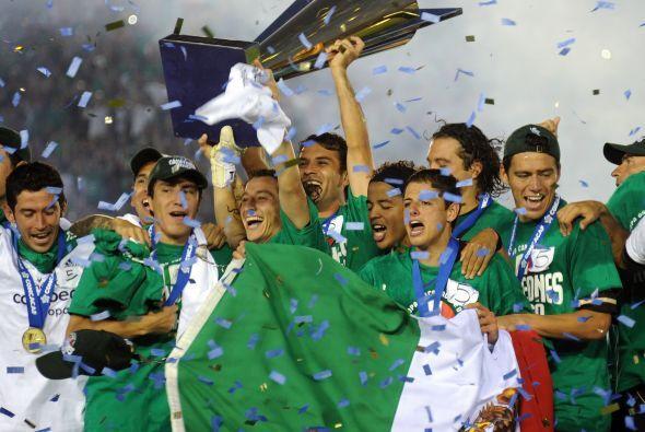 Cobijados en la bandera mexicana, los jugadores levantaron la Copa Oro.