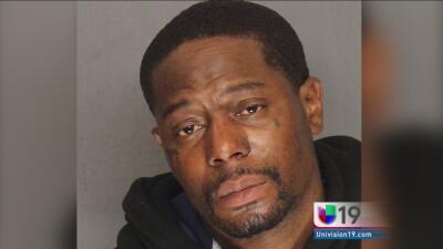 Arrestan a un hombre que guardaba un rifle de asalto cargado en una casa...