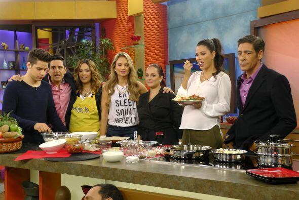 Además, en la cocina, Karla se metió a cocinar Telapias empanizadas ¡qué...