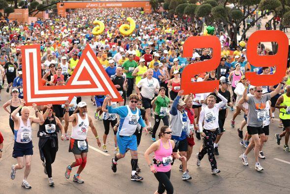 El maratón de L.A. lleno de colorido y eso que andaban a las carreras.