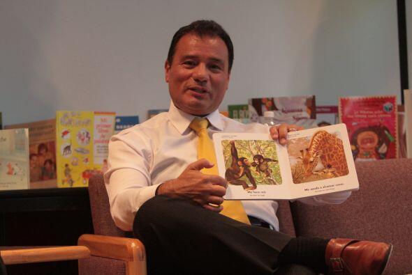 Jairo Diaz Pedraza leyendo un cuento infantil. La lectura es una de las...
