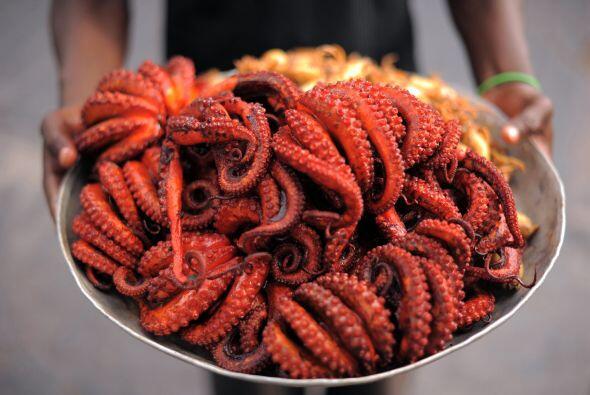 Este vendedor ambulante en Tanzania ofrece pulpo y calamar, productos qu...