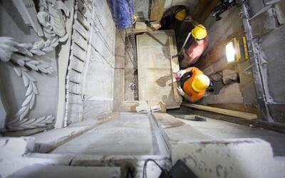 Trabajadores retiran la capa de mármol de la tumba que se cree er...
