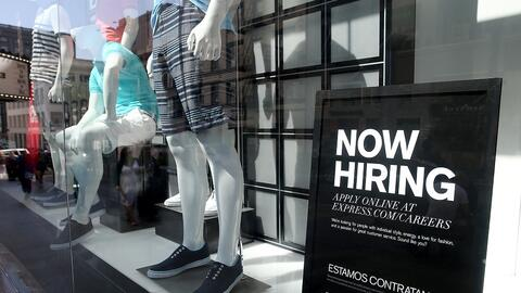 Un cartel anunciando ofertas de trabajo en un negocio en San Francisco.