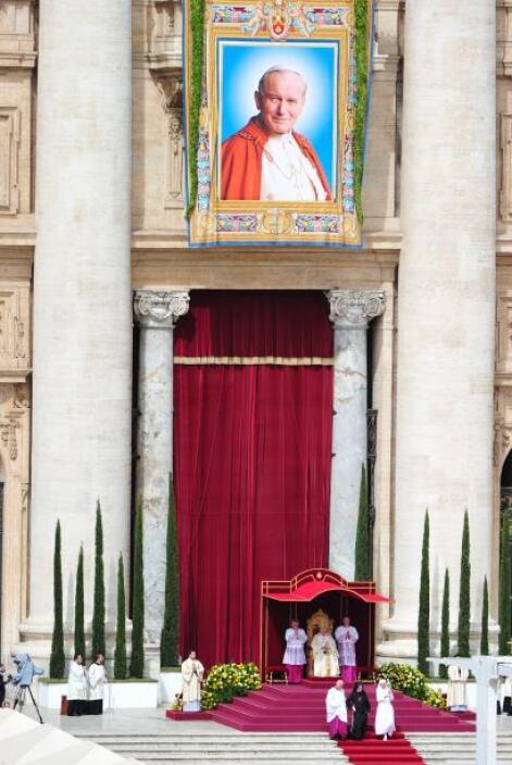 En su homilía, Benedicto elogió a su predecesor por haber restaurado el...