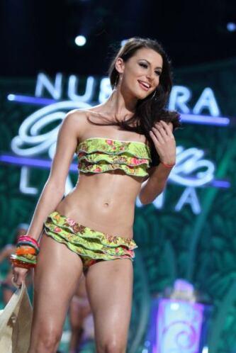 ¿Qué tal las curvas de esta mujer? Luce increíble en cualquier traje de...