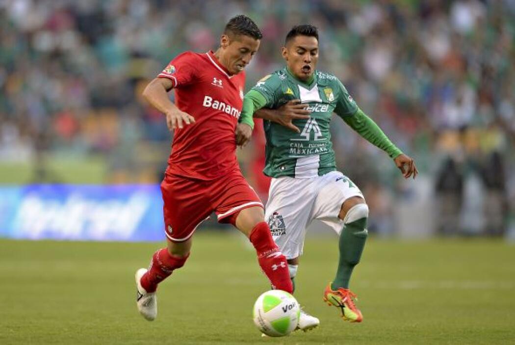Carlos Esquivel (6): Por el costado derecho intentó desbordar ante la de...