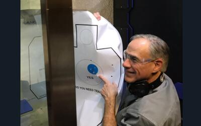 El gobernador de Texas, Greg Abbott, mostró una hoja agujerada tr...