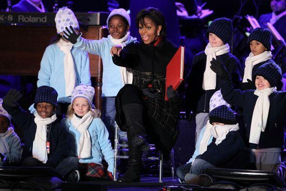 La primera dama, Michelle Obama, disfrutó del evento, rodeada de...