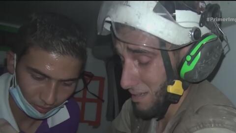 Voluntario llora mientras sostiene en brazos a bebé que rescató de los e...