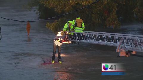 Rescatan a conductor que intentó cruzar una zona inundada