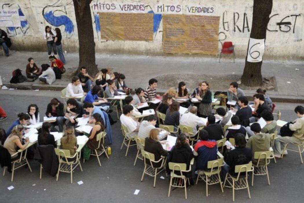Los jóvenes universitarios  tomaron clases en la calle como forma de pro...