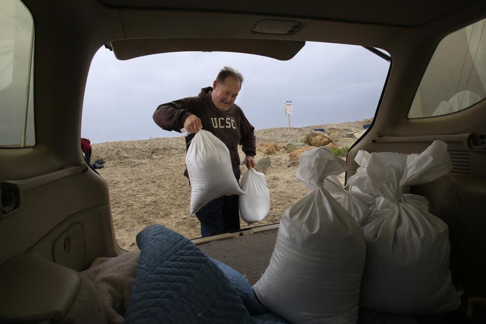 Tormenta obliga al desalojo de indigentes en zonas vulnerables de Califo...