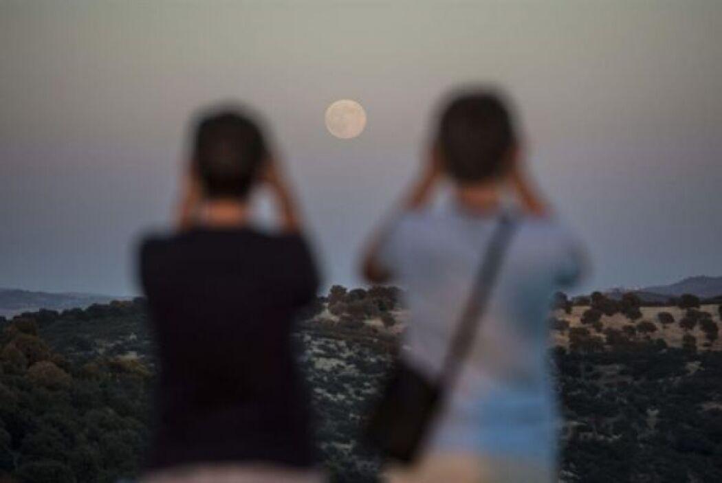 Dos aficionados a la astronomía disfrutan de la superluna en Córdoba, Es...