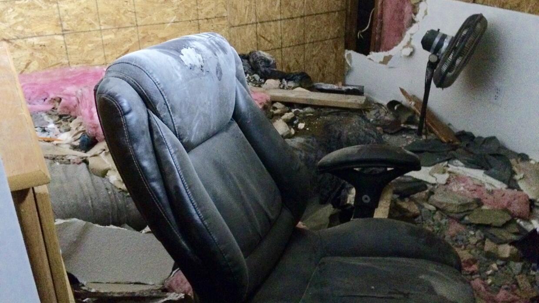 Destrozos en una estancia de la casa en la que se estrello el auto.