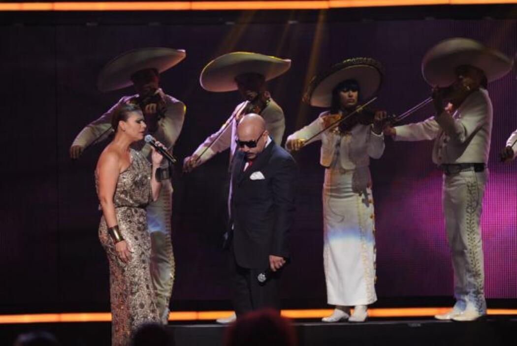 Cuando Lupillo ya no podía cantar más, Olga Tañón salió al escenario par...
