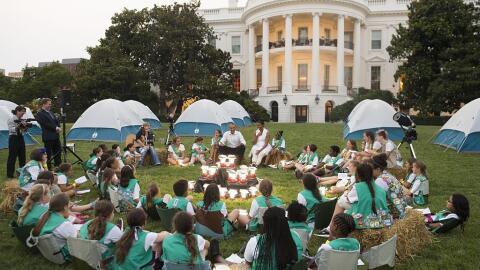 Las Girl Scouts acampando frente a la Casa Blanca acompañadas de...