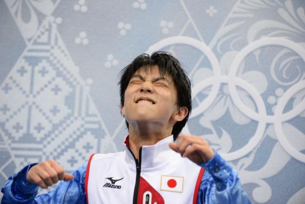 Yuzuru Hanyu celebra la calificación que recibe tras su actuación en pat...