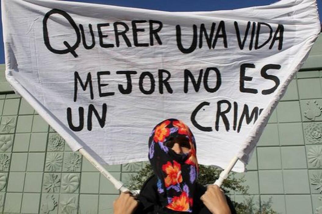 En Tucson, Arizona, doce activistas se encadenaron a las ruedas de dos a...