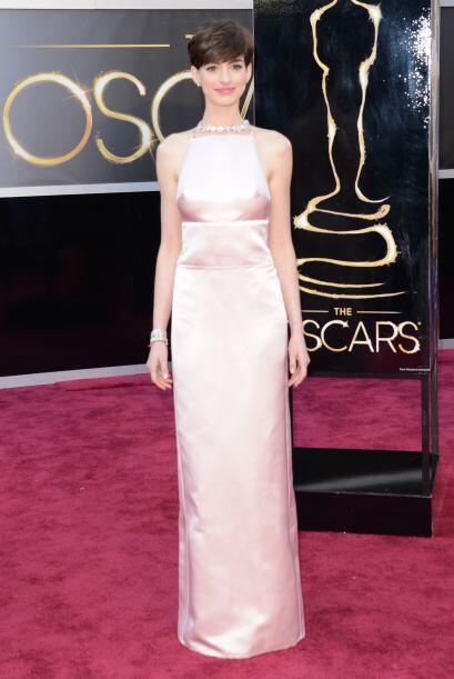 Pese a ser un Prada, la parte delantera del vestido de Anne Hathaway no...