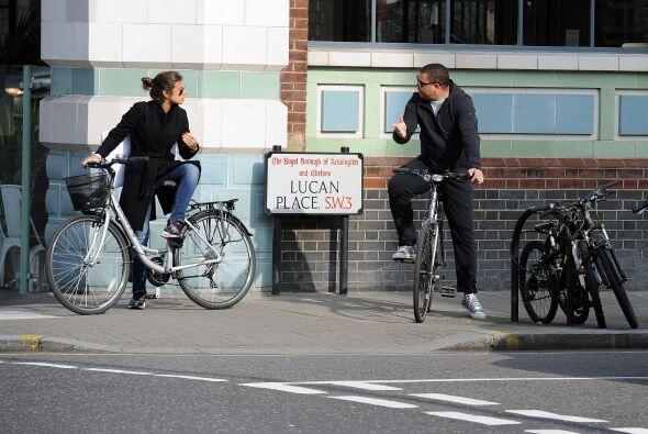 Al final le comentó algo a su novia antes de partir en la bicicle...