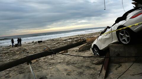 Un Porsche 911 Carrera Cabriolet destaca entre la destrucción dej...