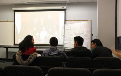 Un grupo de dreamers de Baruch College en Nueva York conversa durante la...
