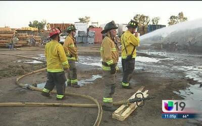 Bomberos sofocan incendio de una bodega en Lincoln