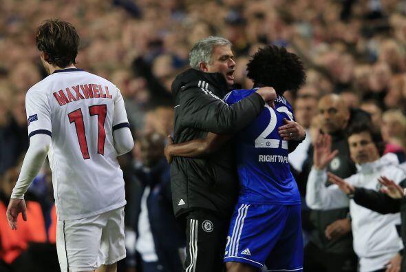 Fiel a su estilo, José Mourinho festejó eufórico abrazando al carioca Wi...