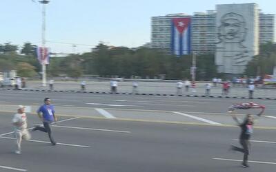 Esto pasa cuando alguien saca una bandera de EEUU en el 1 de mayo de Cuba