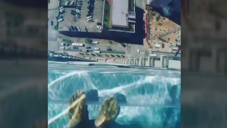 Esta piscina trasparente en la terraza de un rascacielos da miedo