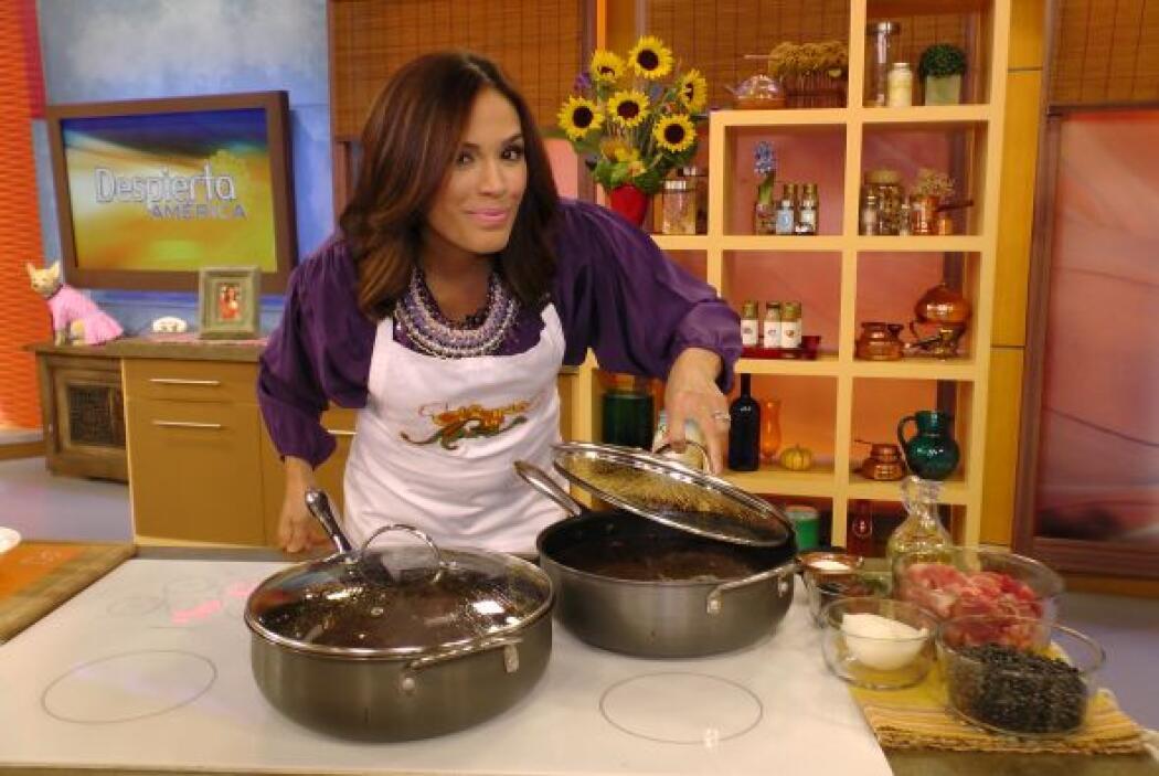 En la cocina, Karla preparó una receta deliciosa, 'Frijoles con puerco a...