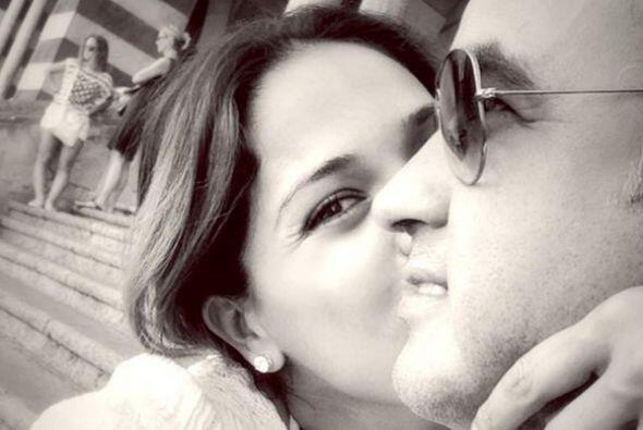 Karla robándole un besito a su esposo. ¡Como luna de miel!