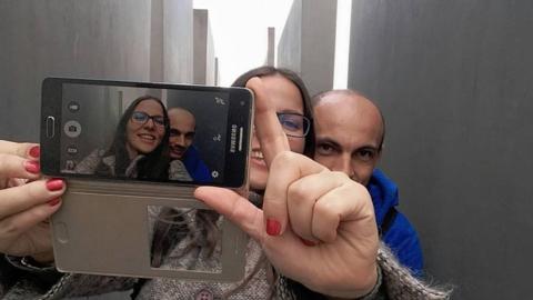 Yolocausto es un experimento fotográfico que combina selfies de t...